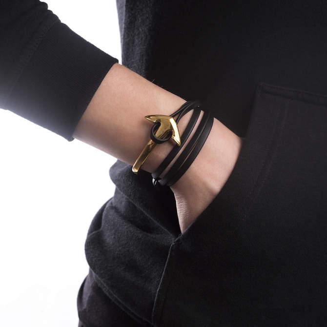 Damsky-naramek-s-kotvou-cerne-kozene-lanko-kotva-zlato-ruka.jpg