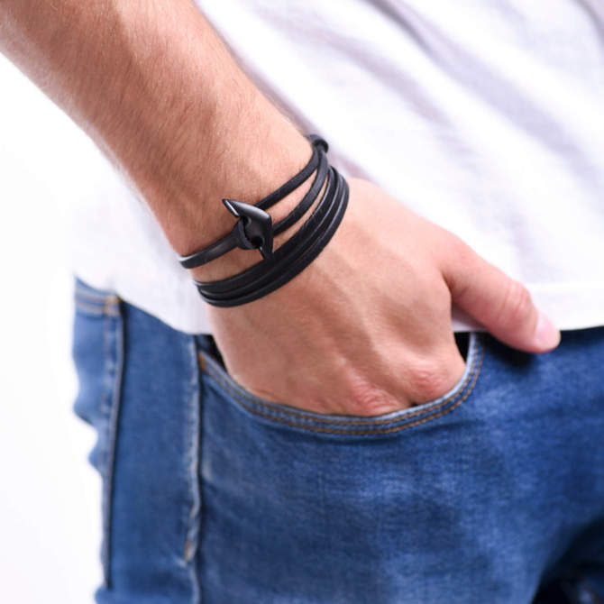 Naramek-s-kotvou-cerne-kozene-lanko-kotva-gun-metal-ruka.jpg