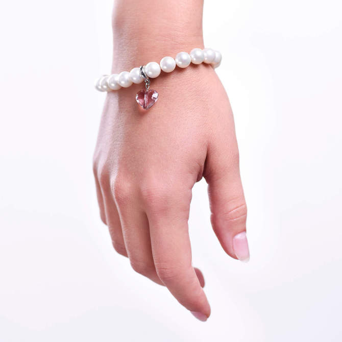 Damsky-perlovy-naramek-bile-shell-perly-Swarovski-privesek-ve-tvaru-srdce-bile-zlato-ruka.jpg